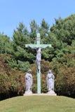 Gesù sull'incrocio su una collina erbosa immagine stock libera da diritti