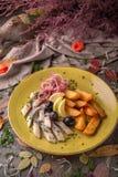 Gesalzene Heringe des Aperitifs mit Oliven und Kartoffeln Schönes stilvolles Menü Des Herbstes Leben noch Stockbilder