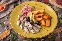 Gesalzene Heringe des Aperitifs mit Oliven und Kartoffeln Schönes stilvolles Menü Des Herbstes Leben noch Stockfoto