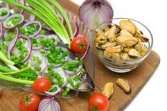 Gesalzene Heringe, Miesmuscheln und Gemüsenahaufnahme Weißer Hintergrund Stockbilder