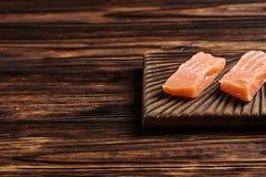 Gesalzene Lachse auf dem hölzernen Hintergrund Copyspace Stockfoto