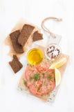 Gesalzene Lachse, Brot und Bestandteile auf einem hölzernen Brett, Draufsicht Stockfotografie