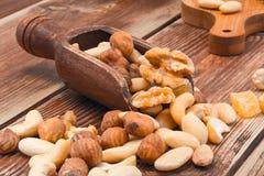 Gesalzene Nüsse auf Holztisch Stockfotos