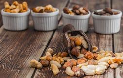 Gesalzene Nüsse auf Holztisch Stockbild