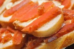 Gesalzene rote Stücke Fische auf einem Brot. Zartheitsnahrung Lizenzfreies Stockfoto