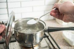 Kochendes wasser stock fotos melden sie sich kostenlos an - Warmflasche kochendes wasser ...