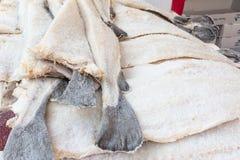 Gesalzte Kabeljaus des Stockfisches Fische gestapelt lizenzfreie stockbilder