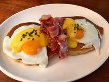 Gesalzte Pfannkuchen mit Hollandaise Suace, Eiern und knusperigem Speck für den Frühstücks-salzigen organischen Schnellimbiß gedi lizenzfreie stockfotos