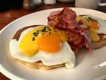 Gesalzte Pfannkuchen mit Hollandaise Suace, Eiern und knusperigem Speck für den Frühstücks-salzigen organischen Schnellimbiß gedi stockfotos