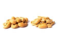 Gesalzte und gebratene Acajounüsse und gesalzene Erdnüsse auf Weiß Lizenzfreies Stockfoto