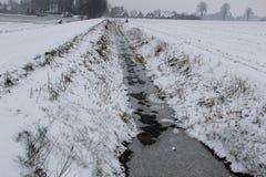 Gesamtansicht über eine eisige Grabung mit freezed Wasser und Naturlandschaft an einem kalten Wintertag im Bezirk emsland Deutsch lizenzfreies stockfoto