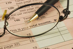 Gesamteinkommen in der Einkommenssteuererklärung stockbilder