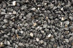 Gesamtheit von den dunkelgrauen und groben Steinen, die an einer Steingrube zerquetscht werden - bestreuen Sie Muster mit Kies lizenzfreie stockfotografie