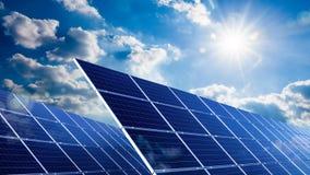Gesamtlänge von Sonnenkollektoren mit der Sonne und dem blauen Himmel stock video
