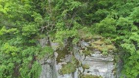Gesamtlänge der Antenne 4K Felsen weall Erhebung in der Schlucht stock footage