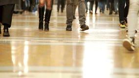 Gesamtlänge der Beine der Leute in einem Einkaufszentrum, das in verschiedene Richtungen geht stock footage