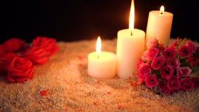 Gesamtlänge der Blume stieg, Kerzenbrennen und Dekorationsvalentinsgruß stock video footage