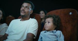 Gesamtlänge der ethnisch gemischten Familie an einem Film-Theater stock video footage