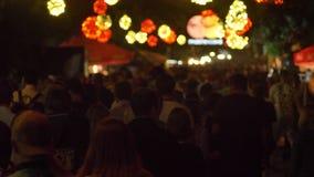 Gesamtlänge der Menge vorwärts gehend während des Festivals nachts stock footage