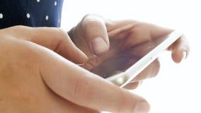 Gesamtlänge der Nahaufnahme 4k von den weiblichen Fingern, die Mitteilung auf intelligentem TelefonTouch Screen schreiben stock video