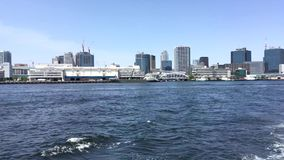 Gesamtlänge der Regenbogenbrücke von Odaiba von einer Flussboot Tokyo-Bucht stock footage