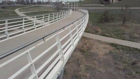 Gesamtlänge der weißen Fuß-Brücke Pan Up Towards Highway Overpass stock video footage