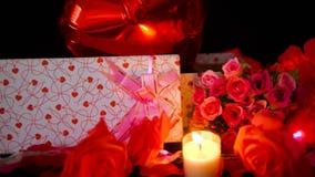 Gesamtlänge des Ballon-, Geschenkbox-, Blumen- und Kerzenbrennens Valentinsgrußdekoration stock footage