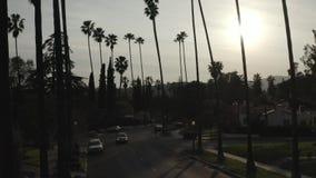 Gesamtlänge des Klotzdrohnen-lauten Summens der amerikanischen Nachbarschaft des Einfamilienhauses bei Sonnenuntergang, Los Angel stock footage