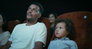 Gesamtlänge des Vaters And Son At ein Film-Theater stock footage
