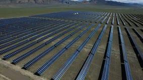 Gesamtlänge durch quadcopter des Sonnenkollektorzellsystems stock video