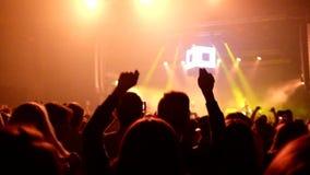 Gesamtlänge einer Menge, die an einem Rockkonzert partying ist stock footage