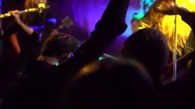 Gesamtlänge einer Menge, die, tanzend an einem Konzert partying ist Zeitlupe Gitarrist und Menge von Leuten Rockband auf Stufe stock footage