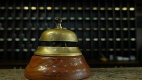 Gesamtlänge einer Person, die auf einer Glocke an einer Hotelaufnahme schellt