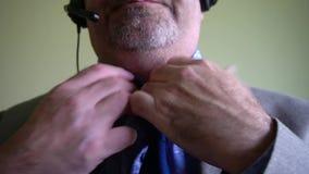 Gesamtlänge eines Mannes, der seins Bindung löst stock video footage