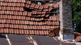 Gesamtlänge eines schädigenden Hauses und sein Dach nach schlechtem Wetter stock video