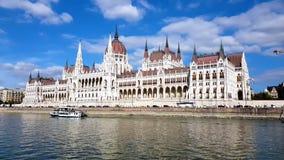 Gesamtlänge 4K des Parlaments in Budapest während einer Bootsreise entlang der Donau stock video footage