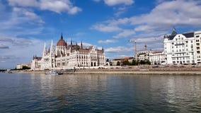 Gesamtlänge 4K des Parlaments in Budapest während einer Bootsreise entlang der Donau stock footage