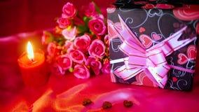 Gesamtlänge von Blume bouqet, von Kerzenbrennen und von Dekoration Valentinsgruß stock video