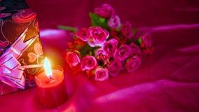 Gesamtlänge von Blume bouqet, von Kerzenbrennen und von Dekoration Valentinsgruß stock footage