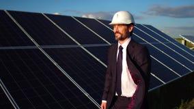 Gesamtlänge von Direktor Installation von Sonnenkollektoren auf dem Gebiet überprüfend stock video footage