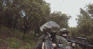 Gesamtlänge Waffe GoPro POV einer Gruppe der israelischen Kommandosoldaten während des Kampfes stock video footage