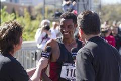 Gesamtsieger Belete Assefa spricht mit Reportern, nachdem er Bloomsday 2013 gewonnen hat Stockfoto