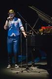 Gesang auf Stadium im dunklen Studio Stockbilder