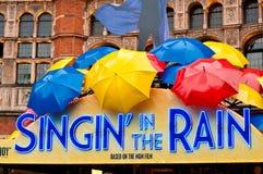 Gesang im Regen-Erscheinen - West End, London Lizenzfreies Stockbild