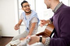 Gesang zur Gitarre im modernen Büro stockbild