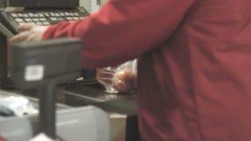 Gescannt an der Kasse im Gemischtwarenladen stock video