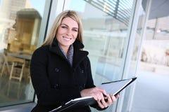 Geschäftsfrau außerhalb des Büros Lizenzfreie Stockbilder