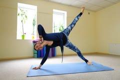 Geschäftsfrau studiert grundlegende Yogaübungen auf on-line-Kurs stockbild