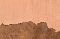 Geschädigte gemalte beige Wand-Hintergrund-Beschaffenheit Browns alte Lizenzfreie Stockfotografie