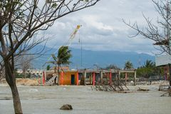 Geschädigter Reinigungsbau nach Tsunami Palu On am 28. September 2018 stockbild